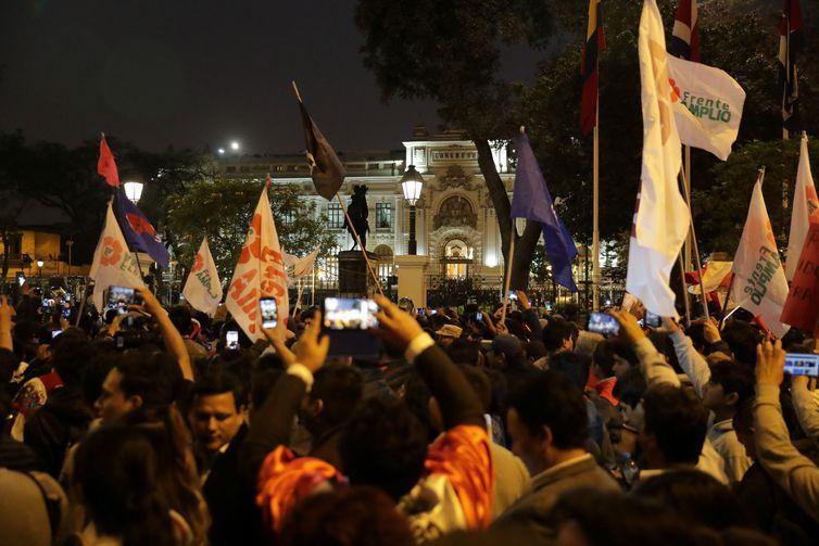 Após dissolução do Congresso do Peru, parlamentares empossam vice